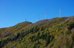 Turbinas de viento en la cumbre de la montaña Imagenes de archivo