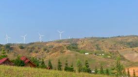 Turbinas de viento en la montaña con un cielo azul almacen de metraje de vídeo