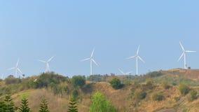 Turbinas de viento en la montaña con un cielo azul almacen de video
