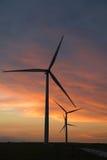 Turbinas de viento en la oscuridad Fotos de archivo libres de regalías