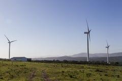 Turbinas de viento en la puesta del sol Foto de archivo