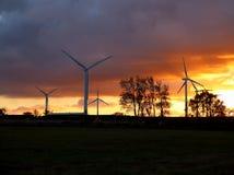 Turbinas de viento en la puesta del sol foto de archivo libre de regalías