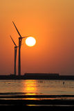 Turbinas de viento en la puesta del sol imágenes de archivo libres de regalías