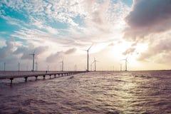 Turbinas de viento en la puesta del sol Viento de la ecología contra backgro del cielo nublado Fotografía de archivo libre de regalías