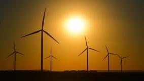 Turbinas de viento en la salida del sol de la naturaleza, puesta del sol metrajes