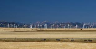 Turbinas de viento en las colinas Fotos de archivo libres de regalías