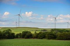 Turbinas de viento en las colinas del país Imagen de archivo