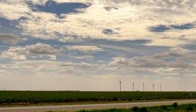 Turbinas de viento en las tierras de labrantío de Tejas Fotografía de archivo