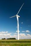 Turbinas de viento en paisaje de la agricultura Fotografía de archivo