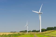 Turbinas de viento en paisaje de la agricultura Foto de archivo