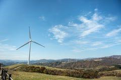 Turbinas de viento en prado verde Fotografía de archivo