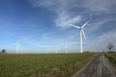 Turbinas de viento en un campo. Fotografía de archivo libre de regalías