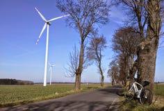 Turbinas de viento en un campo Fotos de archivo