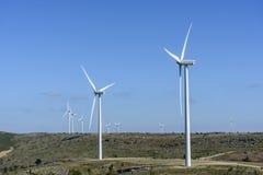 Turbinas de viento en un campo en España fotografía de archivo