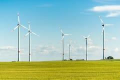 Turbinas de viento en un campo - molinoes de viento en un día soleado Imagen de archivo