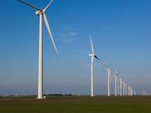 Turbinas de viento en una fila Imagen de archivo