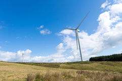 Turbinas de viento en una granja Foto de archivo