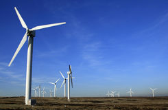 Turbinas de viento en una granja de viento Imagen de archivo libre de regalías