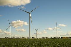 Turbinas de viento, energía pura, molinoes de viento en los campos Fotos de archivo