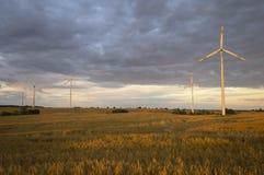 Turbinas de viento, energía pura, molinoes de viento en los campos Fotos de archivo libres de regalías
