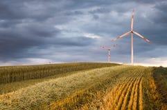 Turbinas de viento, energía pura, molinoes de viento en los campos Imagen de archivo
