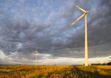 Turbinas de viento, energía pura, molinoes de viento en los campos Fotografía de archivo libre de regalías