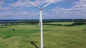 Turbinas de viento de la electricidad contra almacen de video
