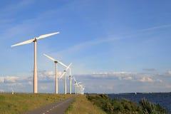 Turbinas de viento a lo largo del lago Imagen de archivo libre de regalías