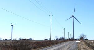 Turbinas de viento a lo largo de una carretera nacional reservada 4K almacen de metraje de vídeo