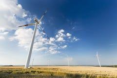 Turbinas de viento más pequeñas de desatención altas de la turbina de viento Imagen de archivo libre de regalías