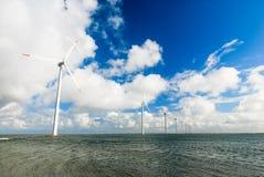 Turbinas de viento numerosas que se colocan en el mar Imagen de archivo