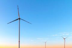 Turbinas de viento por la tarde Sun imagen de archivo