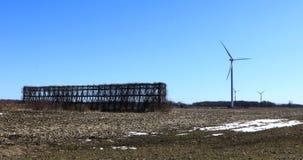 Turbinas de viento por un pesebre 4K del maíz almacen de metraje de vídeo