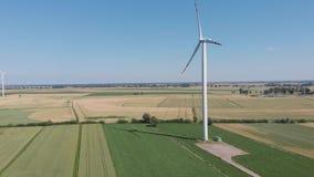 Turbinas de viento produciendo energía alternativa almacen de metraje de vídeo