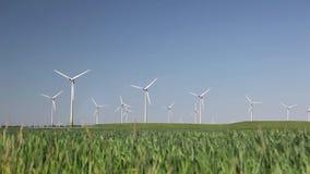 Turbinas de viento produciendo energía alternativa almacen de video