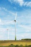 Turbinas de viento que generan electricidad Foto de archivo