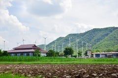 Turbinas de viento que generan electricidad con el cielo azul imagen de archivo