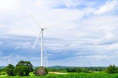 Turbinas de viento que generan electricidad en fondo del cielo azul Potencia de Eco Imagen de archivo libre de regalías