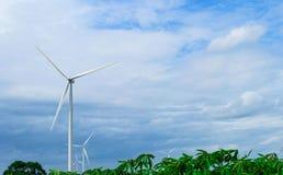 Turbinas de viento que generan electricidad en fondo del cielo azul Potencia de Eco Imagenes de archivo