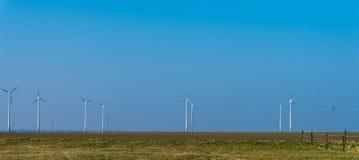 Turbinas de viento que generan electricidad Molinoes de viento en la salida del sol Cielo azul mesón Fotografía de archivo libre de regalías