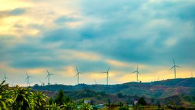 Turbinas de viento de Timelapse en la montaña metrajes