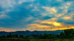Turbinas de viento de Timelapse en la montaña almacen de metraje de vídeo