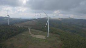 Turbinas de viento verdes de la pizca del prado almacen de video