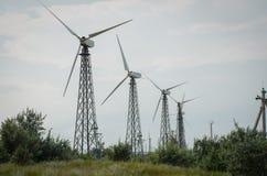 Turbinas de viento viejas en fila Foto de archivo libre de regalías