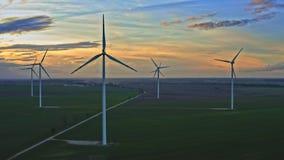 Turbinas de viento, visión aérea en la oscuridad almacen de metraje de vídeo