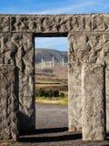 Turbinas de viento vistas con la manera de piedra de la puerta Imagenes de archivo