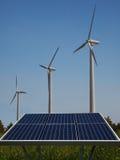 Turbinas de viento y los paneles solares Imagenes de archivo