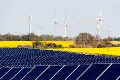 Turbinas de viento y planta fotovoltaica imagen de archivo
