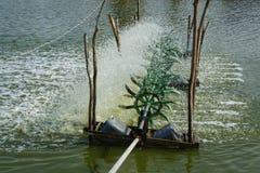 Turbinas del agua que suministran el estanque de peces Fotos de archivo