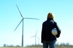 Turbinas del ingeniero y de viento de la mujer Fotos de archivo libres de regalías
